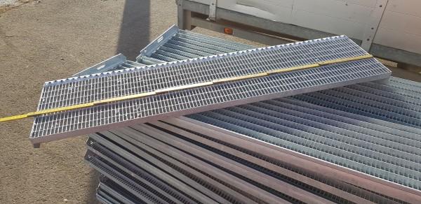 Gitterroststufe Treppenstufe Maße: 1200x305 mm 30/10 mm im Vollbad feuerverzinkt